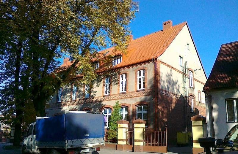 Stary budynek z czerwonym dachem 4