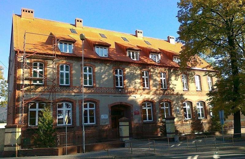 Stary budynek z czerwonym dachem 3