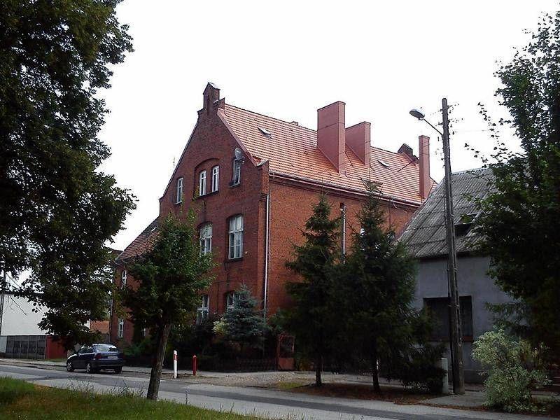 Ceglany budynek z czerwonym dachem