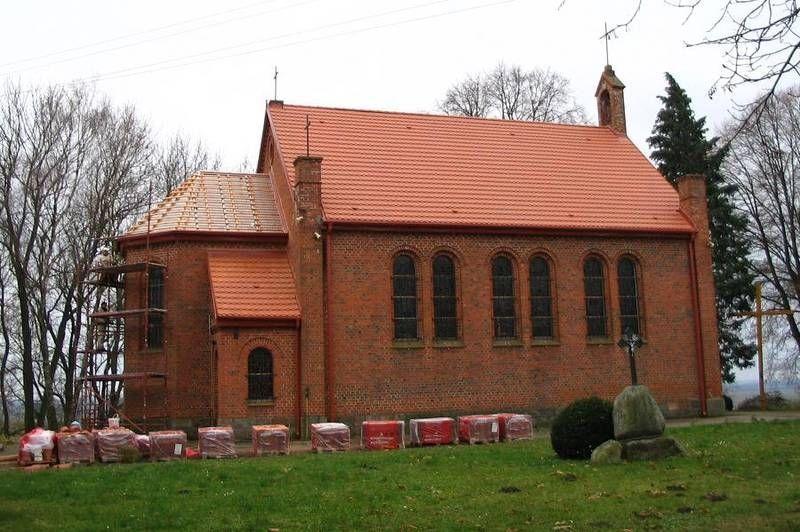 Ceglany kościół z czerwonym dachem 1