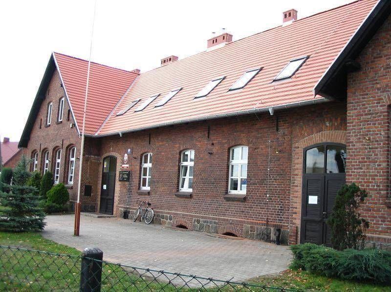 Ceglany budynek w czerwonym dachem 3