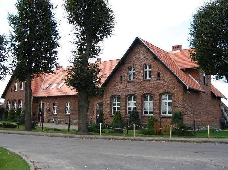 Ceglany budynek w czerwonym dachem 4