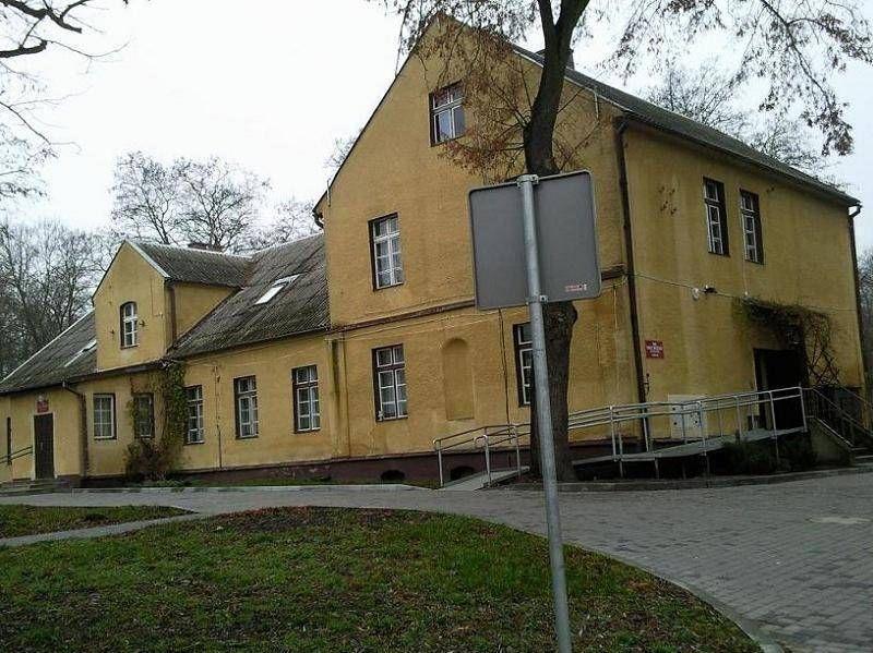 Stary żółty budynek