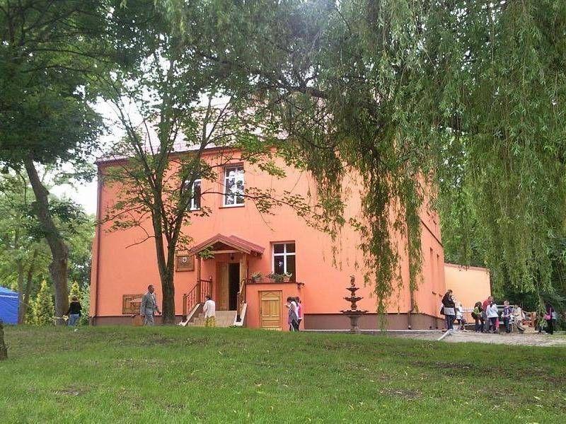 Pomarańczowy budynek z brązowym fundamentem