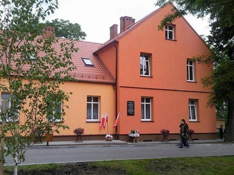 Budynek z Polskimi flagami
