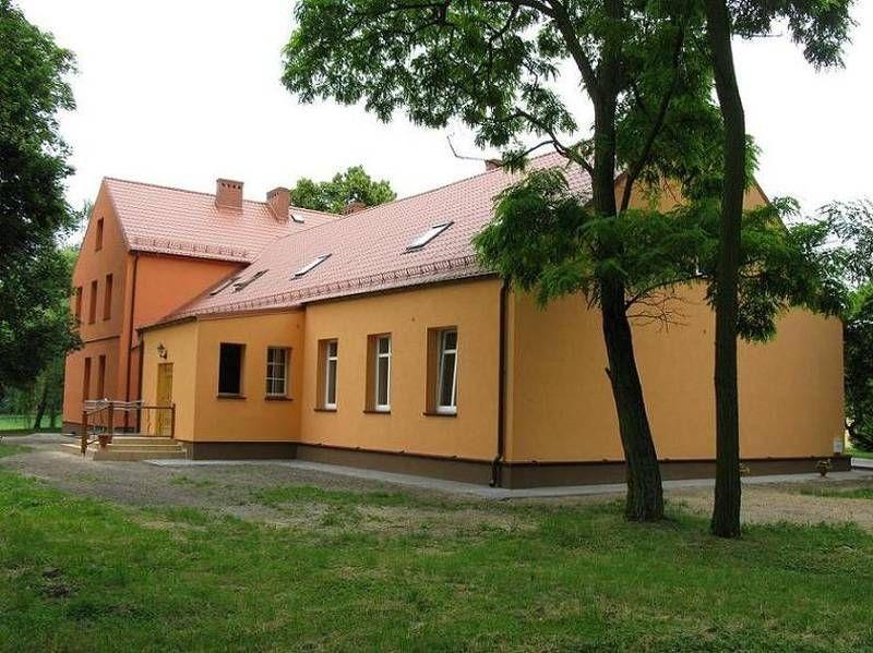 Pomarańczowy budynek z brązowym fundamentem 2