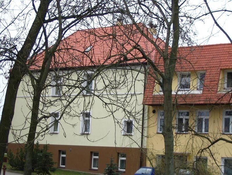 Żółty domek z czerwonym dachem 2