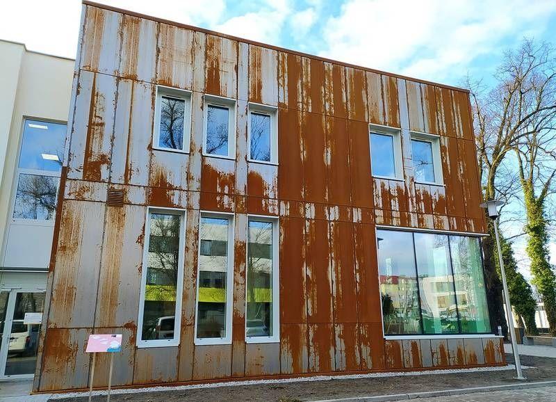 Budynek z rdzawą elewacją 2
