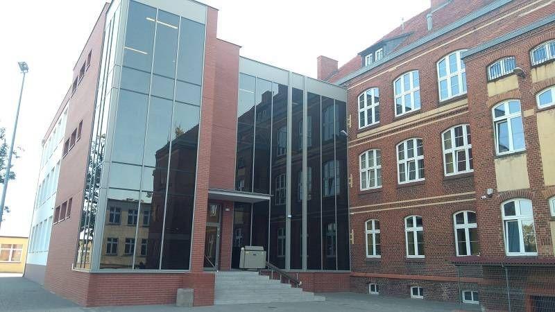 Budynek ze szklaną ścianą 1