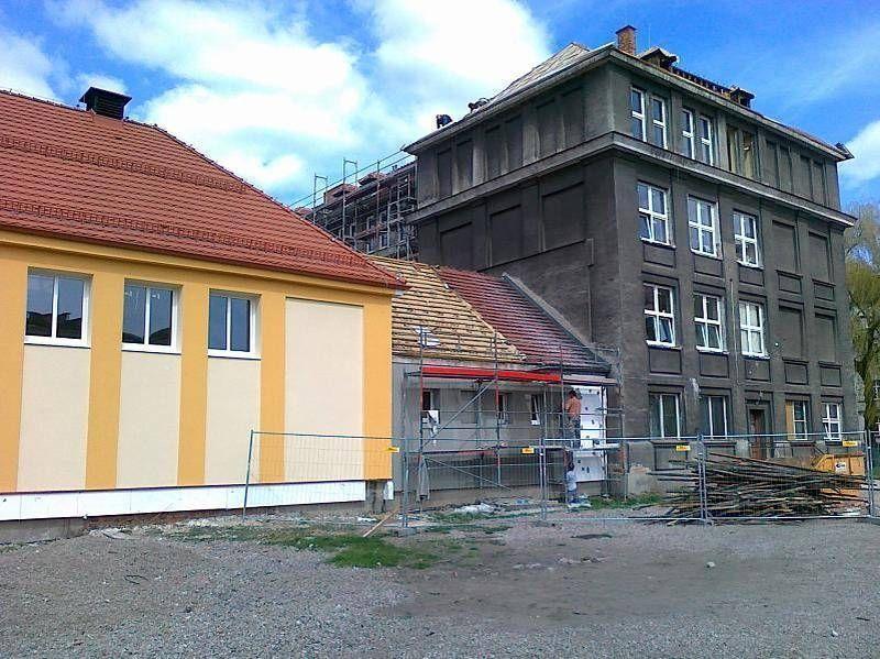 Pomarańczowo beżowy budynek w trakcie remontu 1