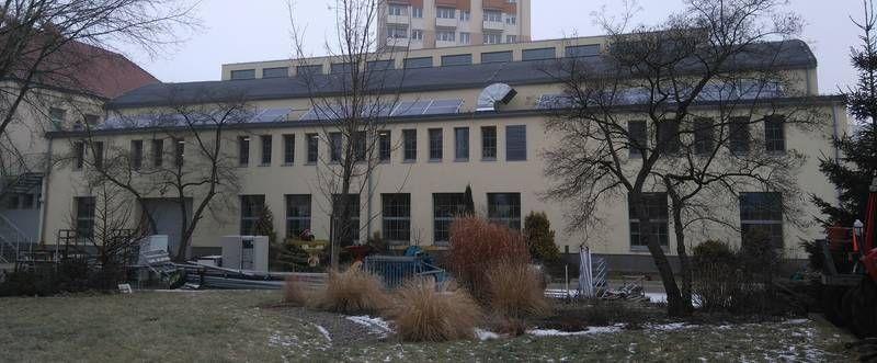 Budynek z panelami fotowoltaicznymi