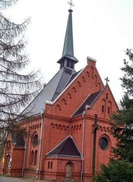 Kościół z ciemną dachówką 2