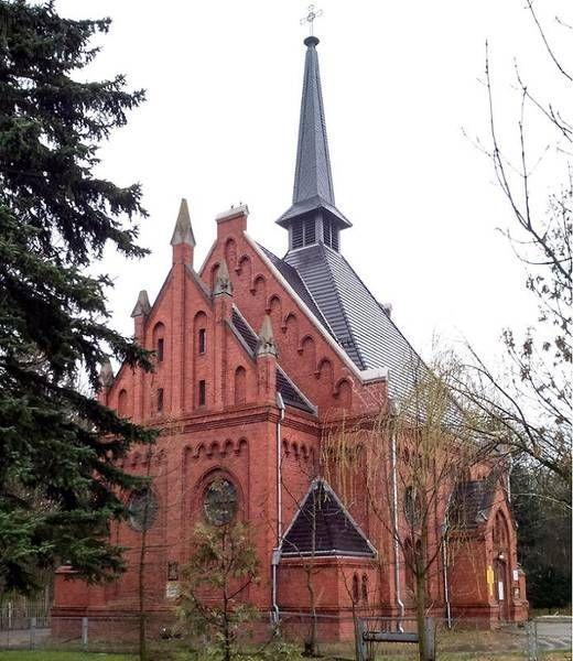Kościół z ciemną dachówką 1
