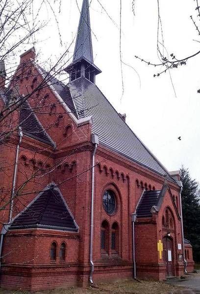 Kościół z ciemną dachówką